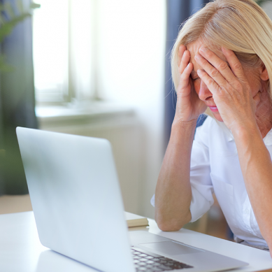 frustrated lady looks at her laptop